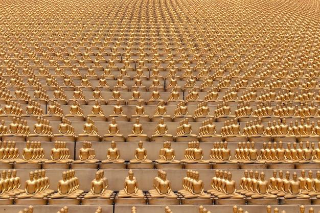 Milioni di figurine di buddha d'oro nel tempio wat phra dhammakaya a bangkok, in thailandia