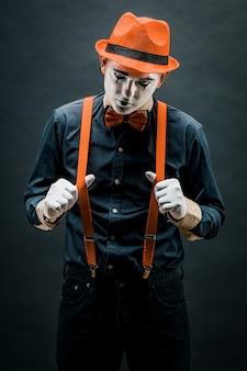 Un artista mime si esibisce sul palco. attore di teatro pantomimo. l'attore del teatro drammatico e del mime. arti dello spettacolo e commedia.