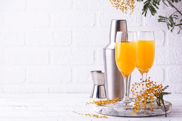 Mimosa cocktail con succo d'arancia
