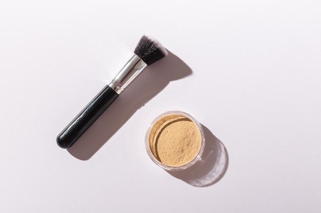 Cipria minerale e pennello. prodotti di bellezza ecologici e biologici.