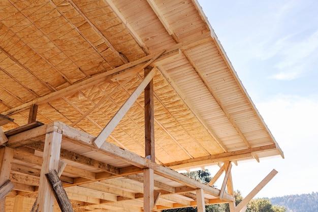 Isolamento minerale del tetto di una casa in legno