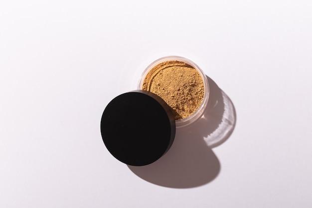 Fondotinta in polvere minerale isolato su sfondo bianco. prodotti di bellezza ecologici e biologici.