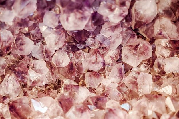 Spaccato minerale rosa del fondo del quarzo minerale con struttura di pietra e foto di alta qualità del modello