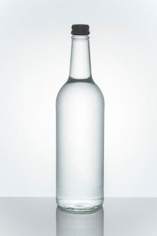 Acqua minerale in un modello di bottiglia di vetro trasparente