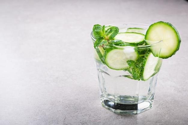 Acqua minerale con cetriolo e menta. bevanda estiva cetriolo limonata.
