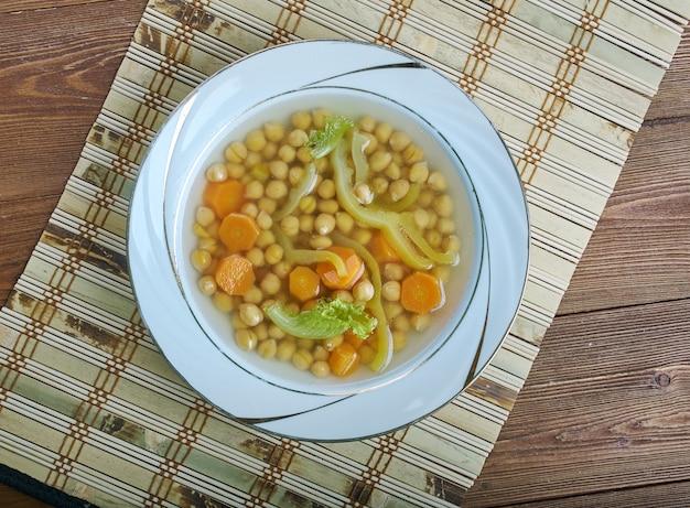 Minestra dei morti minestra di ceci minestra fatta in casa con pomodoro, carote e cipolle.