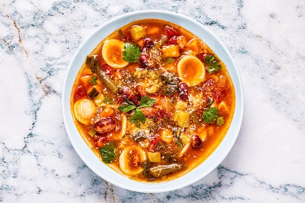 Minestrone, zuppa di verdure italiana con pasta e fagioli. vista dall'alto