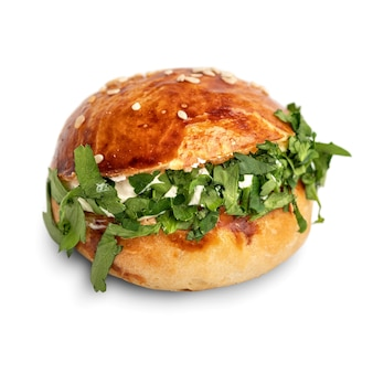 Mini hamburger isolati su sfondo bianco. snack e aperitivi alimentari per buffet, catering, menù per banchetti.