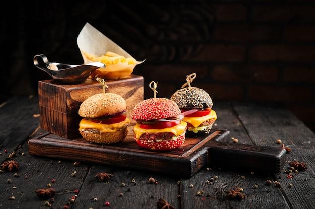 Mini hamburger con patatine fritte e salsa