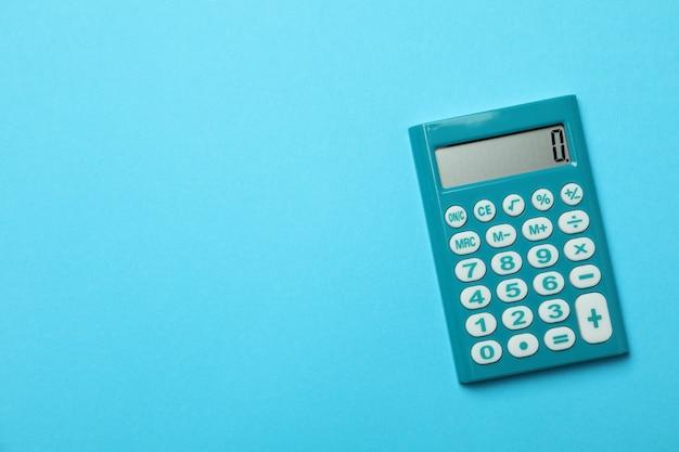 Mini calcolatrice su sfondo blu, spazio per il testo