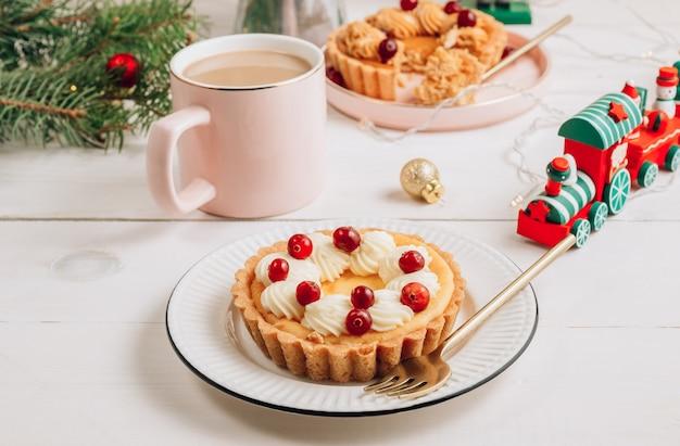 Mini cheesecake su un piatto bianco