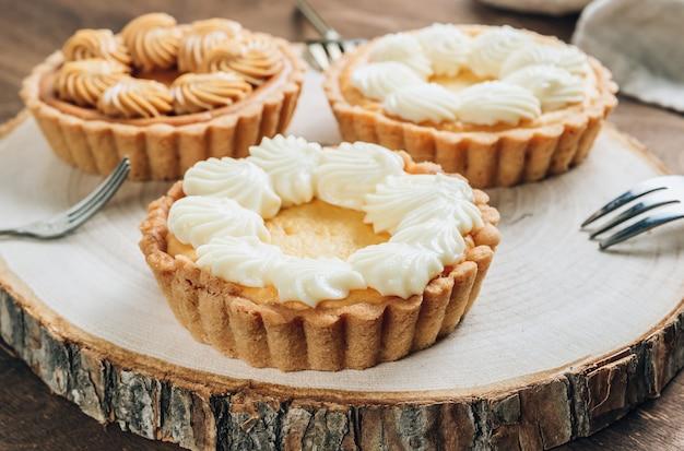 Mini cheesecake sulla tavola di legno