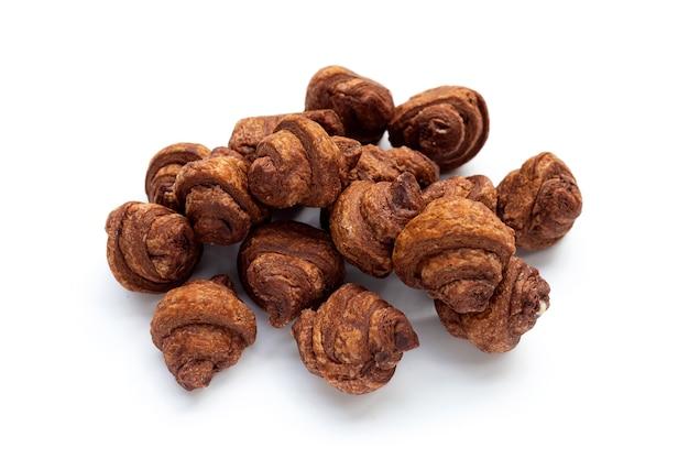 Mini croissant al cioccolato su sfondo bianco.