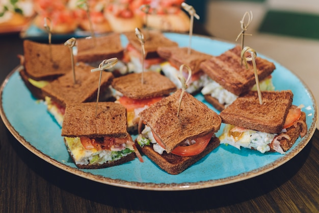 Panino mini club con prosciutto faro di pollo, panini con brioche di salumi e insalate di uova per catering, seminario, pausa caffè, colazione, pranzo, cena, buffet e gruppo di incontro.
