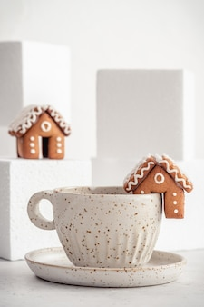 Mini casetta di marzapane e decorazione natalizia sulla neve