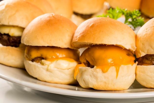 Mini hamburger con formaggio e insalata Foto Premium