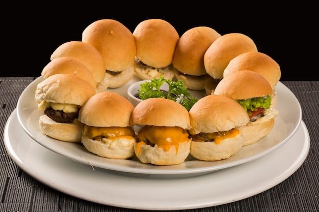 Mini hamburger con formaggio e insalata