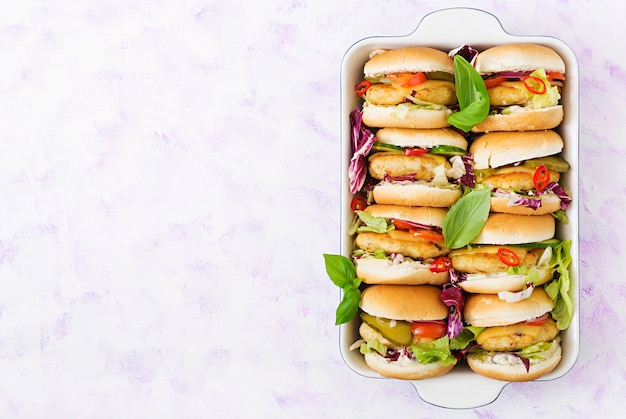 Mini hamburger con hamburger di pollo, formaggio e verdure. distesi. vista dall'alto.