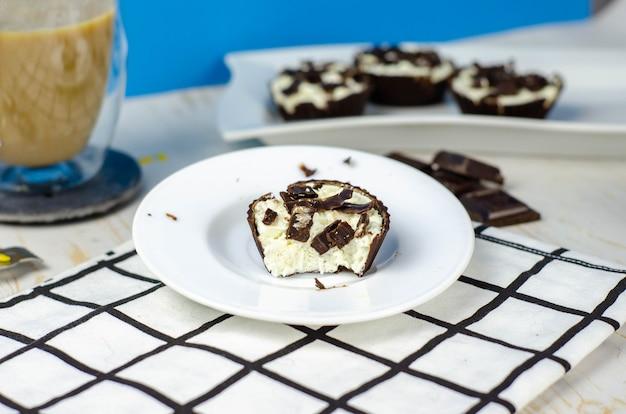 Mini cheesecake fatte in casa in cestini di cioccolato e caffè con latte