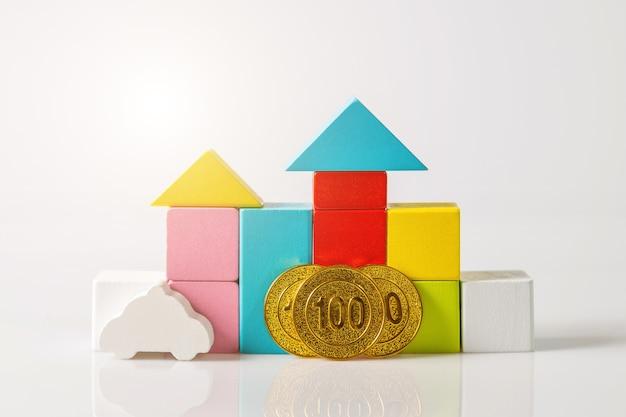 Mini casa con denaro, risparmio di denaro per acquistare casa e prestito per investimenti aziendali per il concetto di proprietà immobiliare. investimento e gestione del rischio