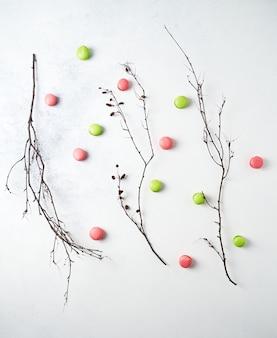 Mini macarons e vista dall'alto di rami di alberi spogli