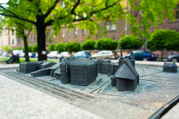Mini mappa della piazza di cracovia, realizzata sotto forma di una scultura sulla strada. una scoperta per un turista.