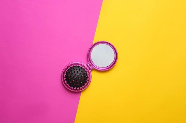 Pettine mini mirror su carta colorata. vista dall'alto, minimalismo.