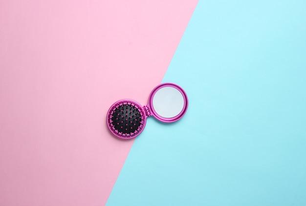 Pettine mini mirror su un tavolo colorato. vista dall'alto, minimalismo.