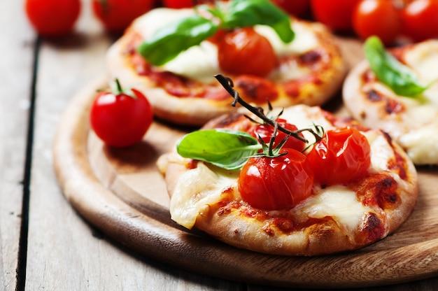 Mini pizza con mozzarella e pomodoro