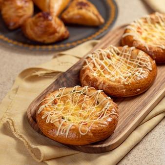Mini pizzette sul piatto di legno