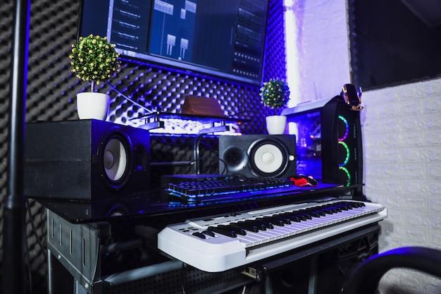 Mini studio di registrazione con altoparlante e pianoforte elettrico