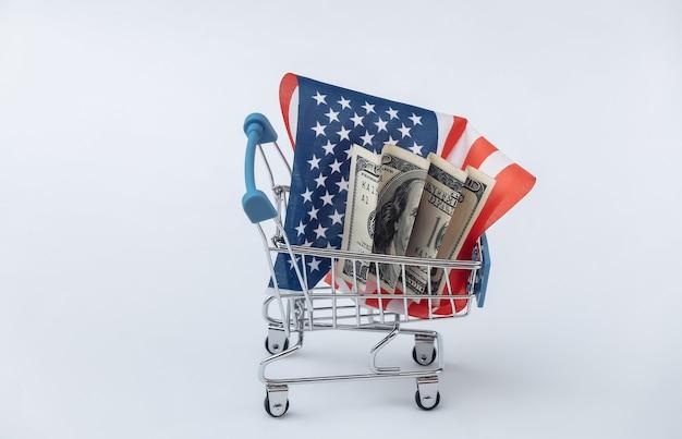 Mini carrello per supermercati con bandiera degli stati uniti, dollaro su sfondo bianco. shopping americano