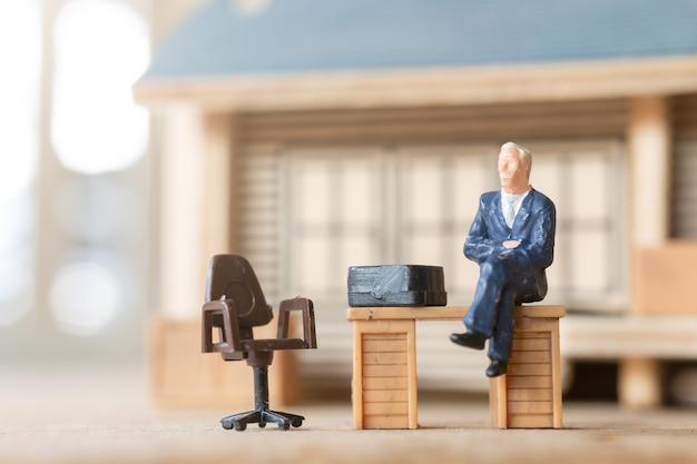 Uomini d'affari in miniatura che lavorano