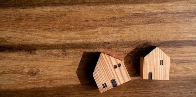 Modello di casa in miniatura a terra