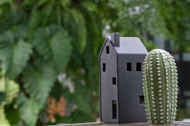Modello di casa in miniatura con sfondo verde natura