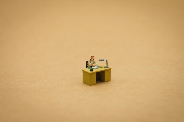 Uomini d'affari in miniatura persone intervistate per considerare di lavorare