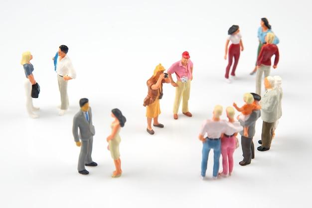 Persone in miniatura. persone diverse comunicano tra loro