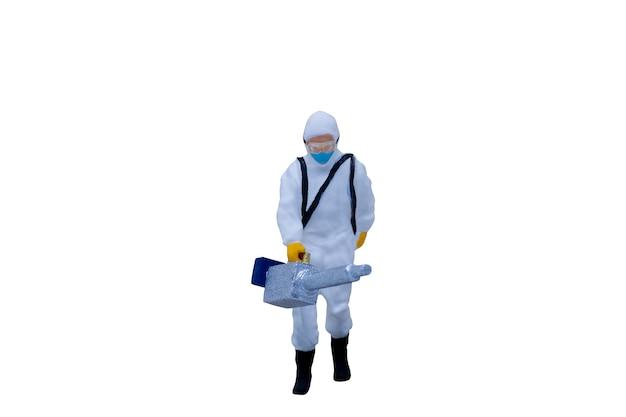 Persone in miniatura medici con tute protettive isolati su sfondo bianco con tracciato di ritaglio