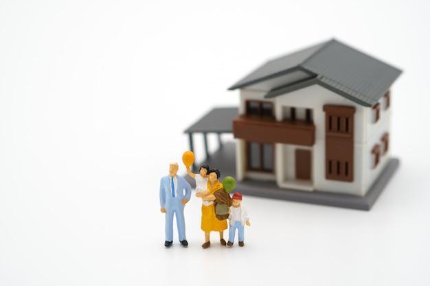 La famiglia di persone in miniatura resta a casa