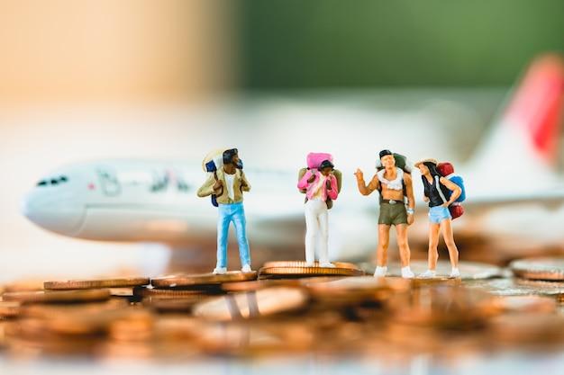 Persone in miniatura, gruppo di viaggiatori in viaggio, utilizzando come sfondo viaggio o concetto di business