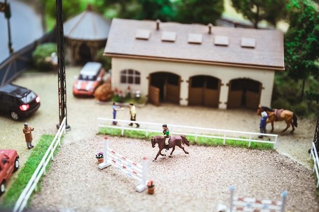 Persone in miniatura. modelli in miniatura di addestramento del cavaliere. equitazione. modelli in miniatura come hobby. situazioni di vita in miniatura. modello marca.