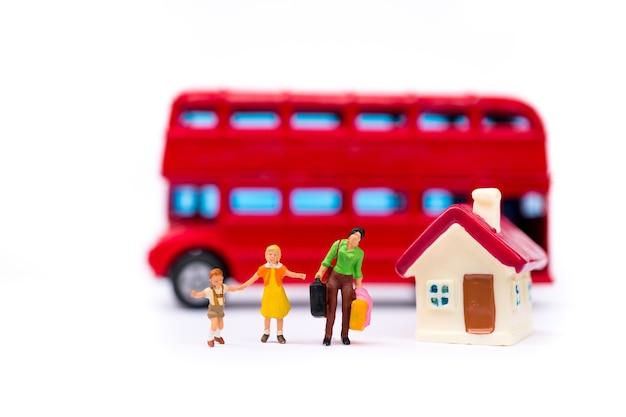 Persone in miniatura, madre e figli scendono dal bus usando il concetto di famiglia e di viaggio