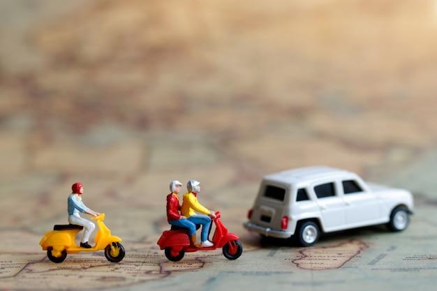 Persone in miniatura che viaggiano
