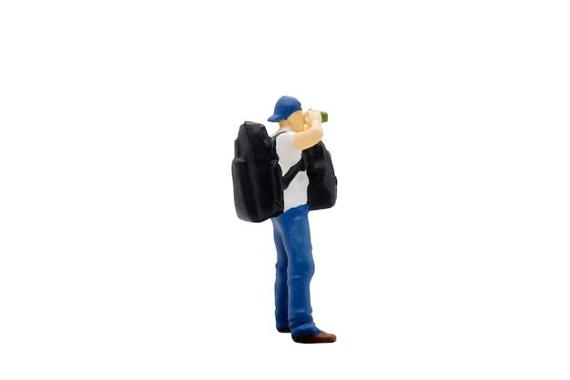 Viaggiatore di persone in miniatura in piedi isolato su sfondo bianco con tracciato di ritaglio