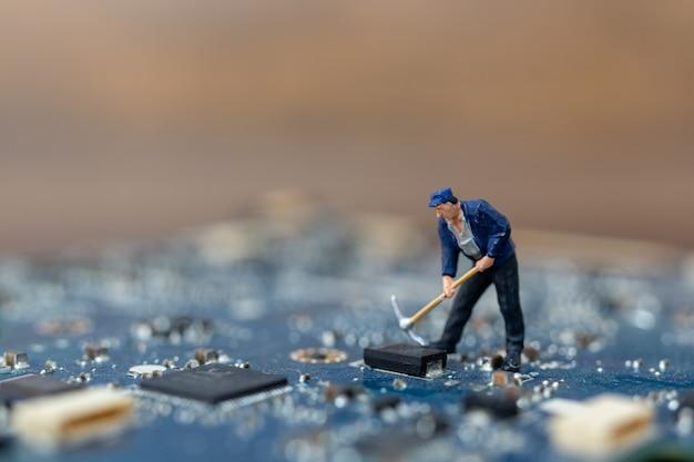 Persone in miniatura che lavorano sulla scheda cpu