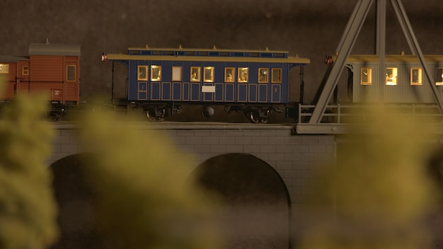 Trenino retrò in miniatura sul ponte.
