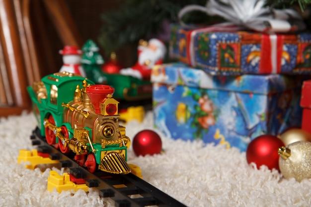 Treno in miniatura con decorazioni christams