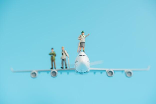 Viaggiatore in miniatura sul modello di aeroplano