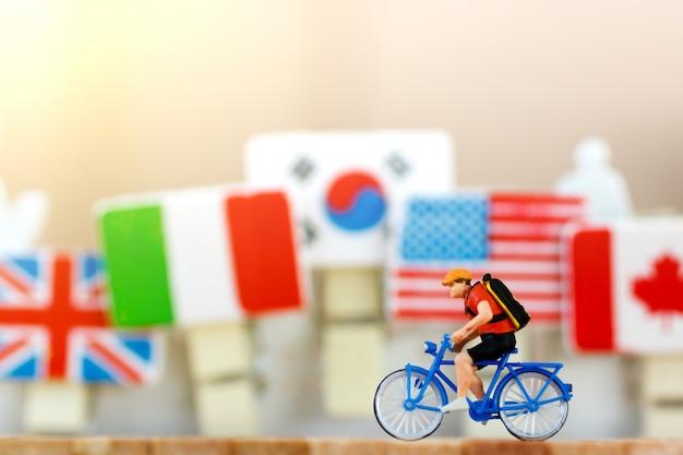 Viaggiatore in miniatura con bicicletta