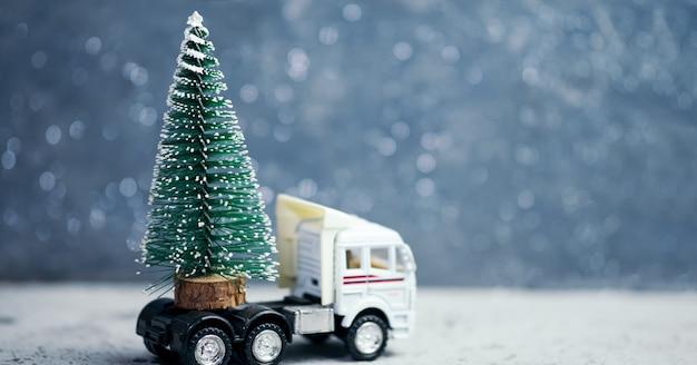 Camion in miniatura con albero di natale